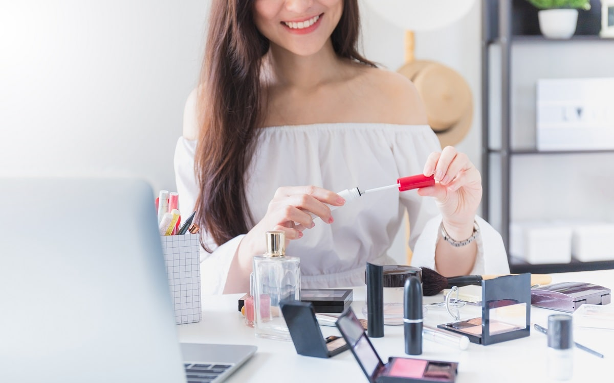 woman-using-cosmetics